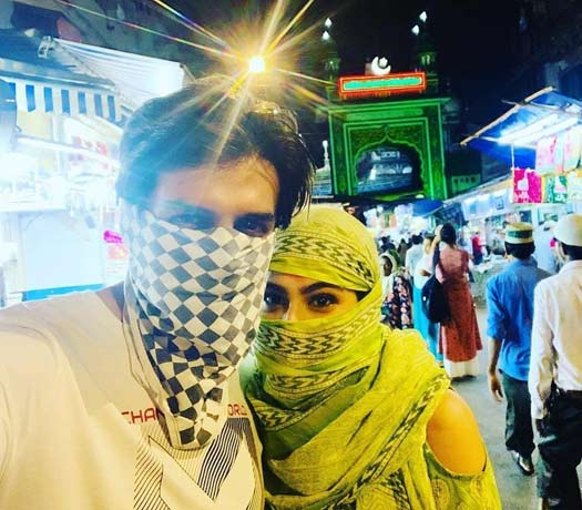 VIRAL: Sara Ali Khan & Kartik Aaryan Hide Their Faces As They Make Their Way To Dargah!