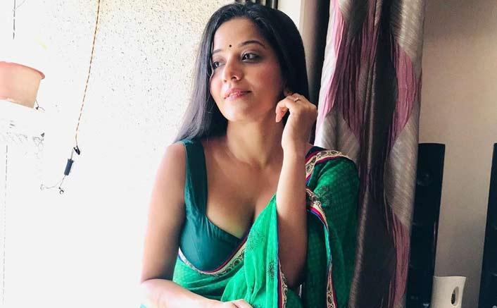 Fans swoon over Monalisa's 'Kamariya' act