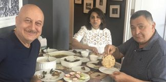 Rishi Kapoor Enjoys 'Aate Ka Phulka' With Anupam Kher In New York
