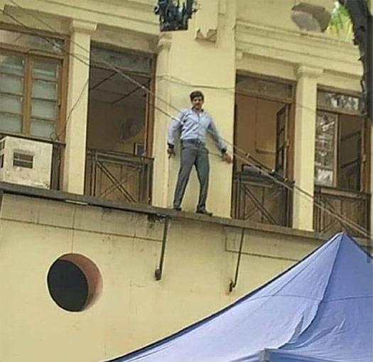 Pati Patni Aur Woh Scene Leaked! Kartik Aaryan Climbs The Wall & We Wonder Who He Did It For