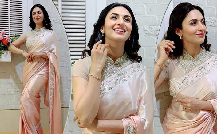 Ditch The Western Look & Opt For Divyanka Tripathi Dahiya's Ombre Sequins Saree For New Year's Eve