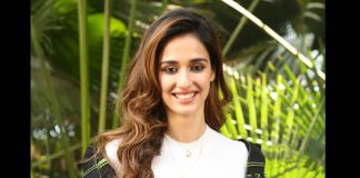 Disha Patani witnessed immense fan frenzy as she visited the theatre with 'Malang' on a play!