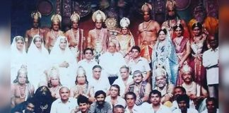 Ramayan's Arun Govil and Deepika Chikhlia Share A Throwback Picture With Whole Cast & Crew; The Pic Goes Viral In No Time