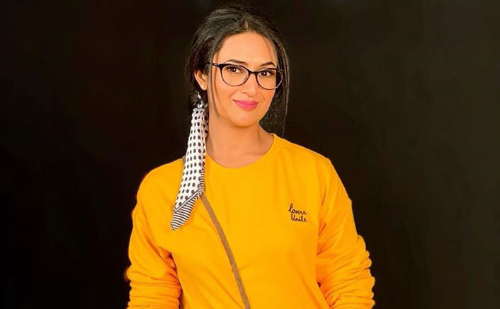 Divyanka Tripathi Admired The 'Nerdy Look' While Growing Up, Calls Herself #WannaBeNerdy