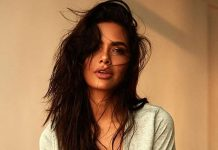 Esha Gupta flaunts her fitness body