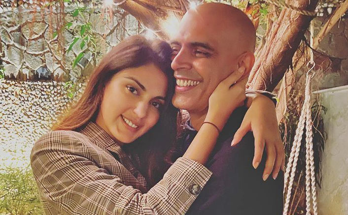 Rajiv Lakshman deletes pic with Rhea Chakraborty, apologises for caption