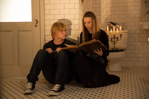 Tate Langdon & Violet Harmon In A Still From American Horror Story