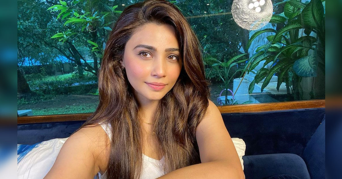 Daisy Shah Reveals She Always Carries A Box Of Biscuits For Stray Dogs, Read On