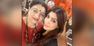 """I wish I too could read stars, read faces and could predict like my mother as she's an astrologer, would make better choices but no worries I have my mother to do that for me"", says Akanksha Puri on mother's day"
