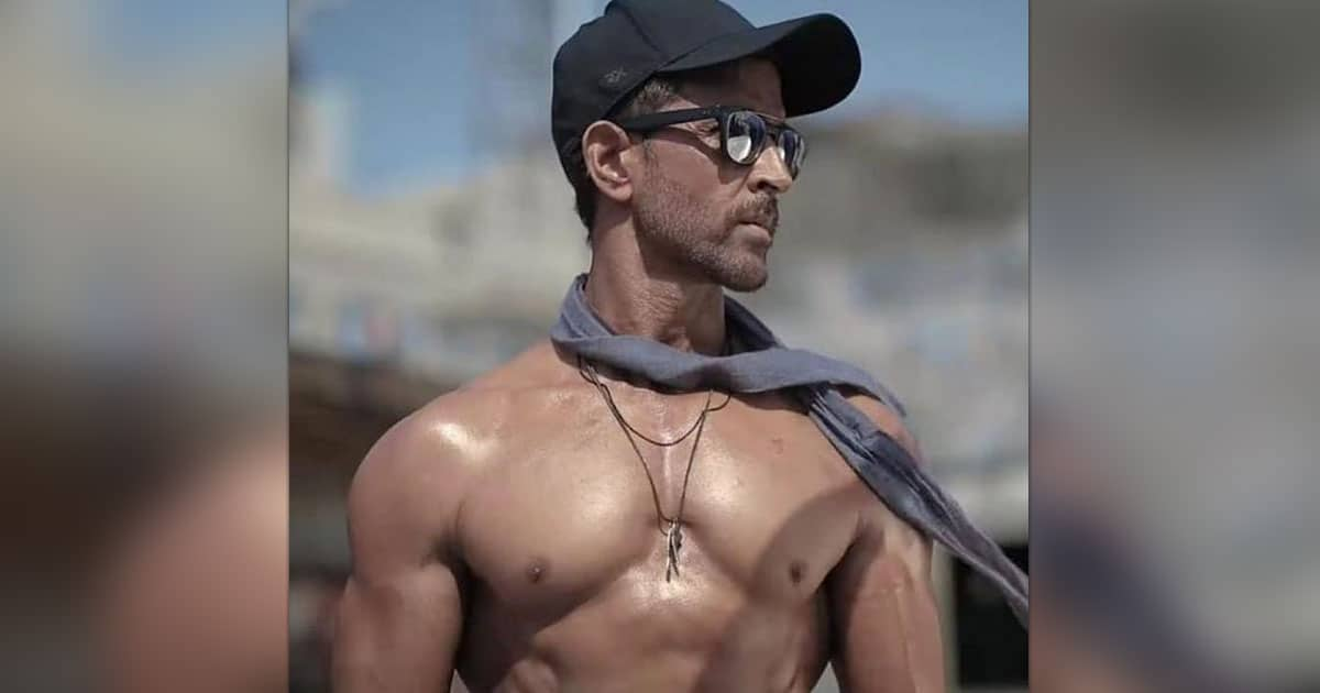 Hrithik Roshan flaunts his beefed-up biceps, pic goes viral