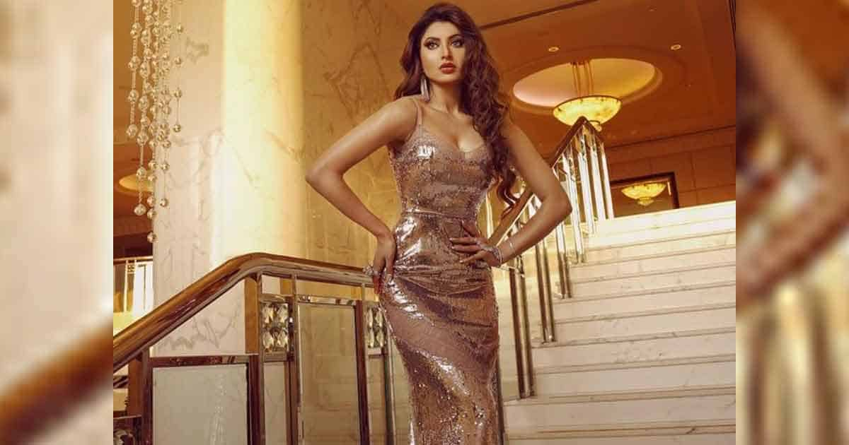Urvashi Rautela Bags Most Influential Bollywood Actress 2021 & Best Humanitarian Awards Presented By Amruta Fadnavis